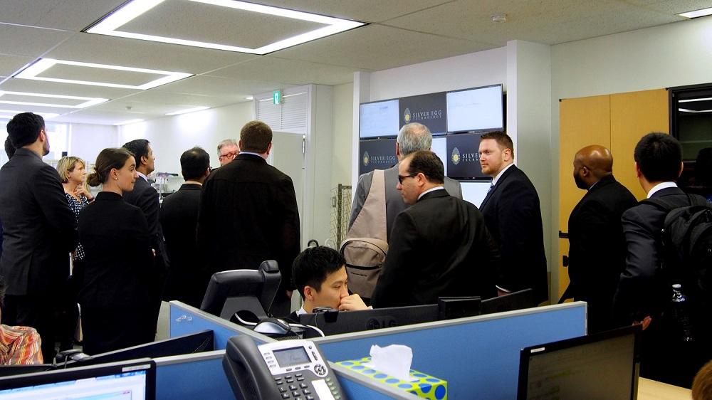 2つのグループに分かれて、オフィス内の見学。出来たばかりのビデオウォールについて熱弁中です。