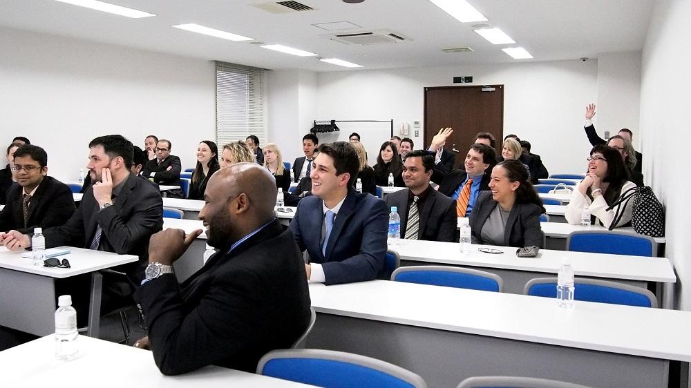 質疑応答の様子。用意したスライドを全て語りつくすことが出来ないぐらい、熱心な学生達に質問攻めにされていました。